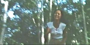 森の中を忠夫から必死に逃げるノーブラ・レイコ