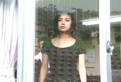 窓の外を見ている江里佳