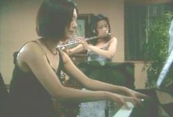 演奏している女教師と未亡人