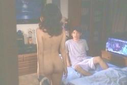 ガウンを脱いで、夫の息子の前で全裸になる百合江