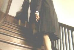 まるで中学生のような長いスカート