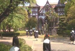 登校する私立リリアン女学園高等部の生徒たち