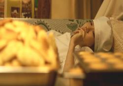 大量のマドレーヌを寝ながら食べているマリコ