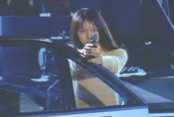 車からアカネが紫苑に銃を向ける