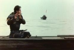 湖で笛を吹く男