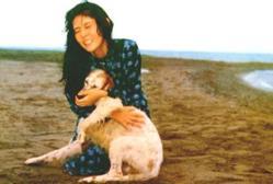 映画のスチールより、愛犬シロを抱きしめる道子