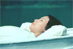 一人、ボートで昼寝している珠世