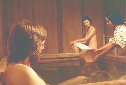 混浴しているのに、しっかりと手で胸を隠している島田陽子