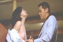 乳首に絆創膏を貼って隠している島田陽子
