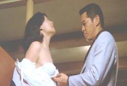 「黄金の犬」より。島田陽子が犯人役の地井武夫にブラをぐいっと・・