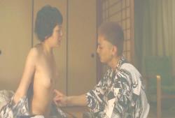 ホテルの浴衣を脱ぐ真知子