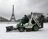 eiffel-paris-plough-snow-afp-bg.jpg