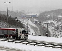 snow-m25-freeway-uk-truck-afp-lg.jpg
