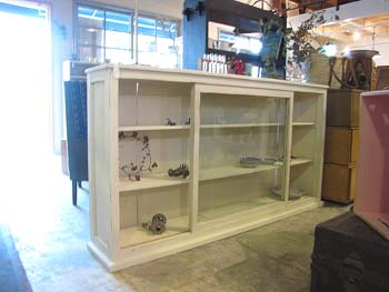白ペイントの食器棚