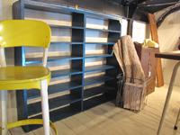 ブロカント。青いペイントのオープン陳列棚。子供部屋。