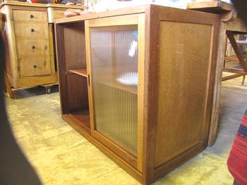 モールガラス×木味の水屋食器棚