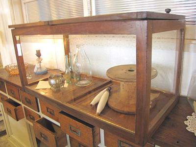 古道具。木枠のガラスケース