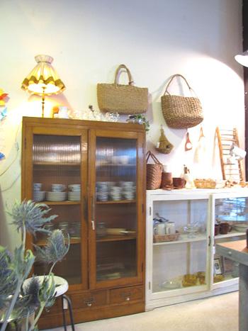 木製とモールガラスのディスプレー収納棚