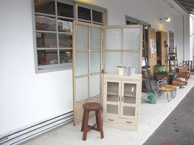 擦りガラスの窓パーテーションとモールガラス棚