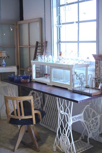 リメイク家具白ペイントのシンガー脚と古木の作業台