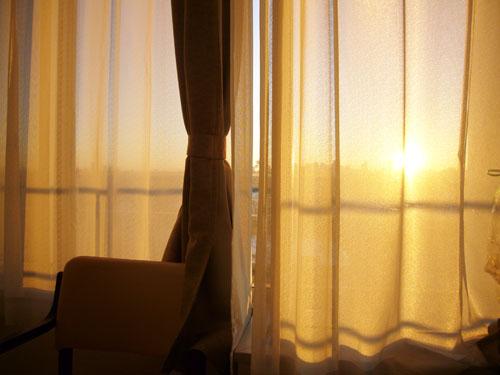 朝日のカーテン