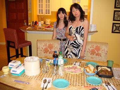 キッチンで長女と食事の支度