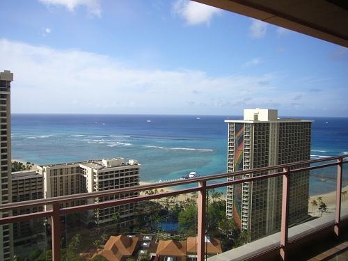 グランドワイキキアンタワーの34階からビーチを臨む