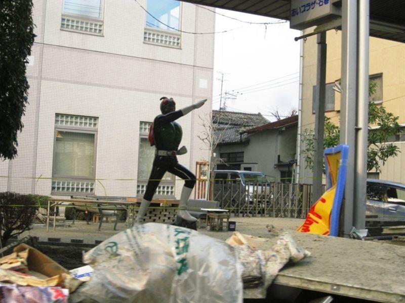 瓦礫の中で生き残ったヒーロー