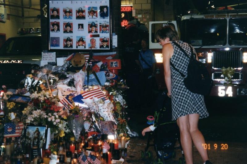 福永img017犠牲となった消防士が属する消防署前に手向けられた花束とろうそく。