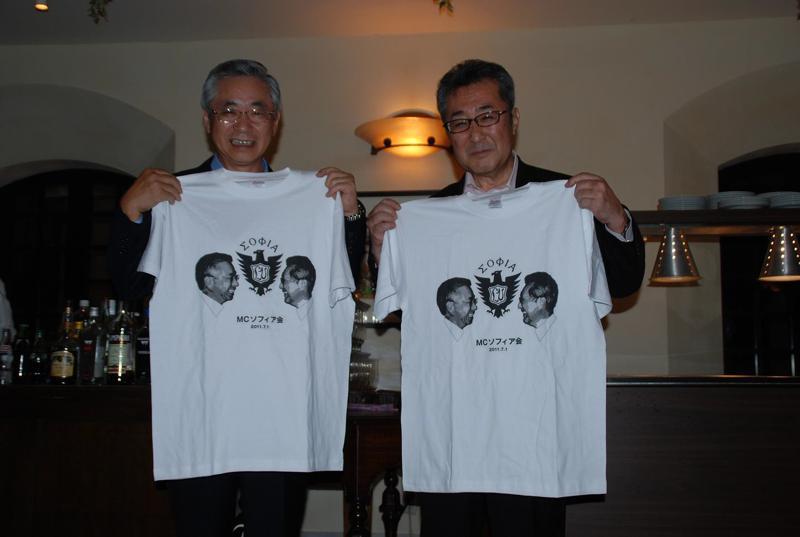 写真3新旧会長交代の記念TシャツDSC_2402-s