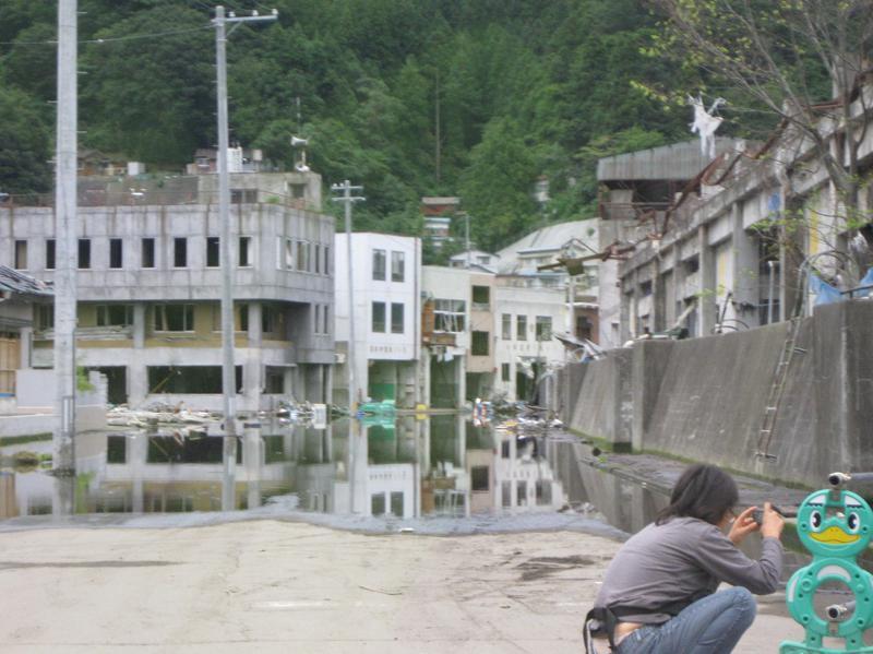 8地盤沈下で水がたまり、住めなくなった街並 み 釜石-s