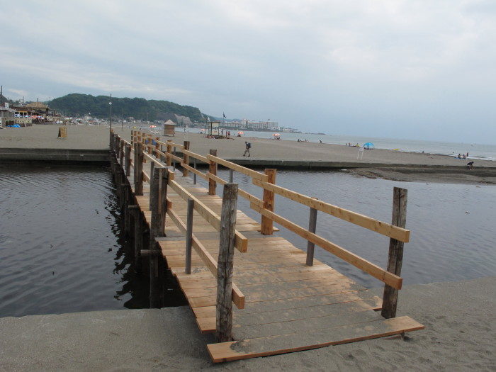 材木座海岸への橋