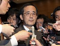 鳩山首相との会談を終え、記者に囲まれる白川方明日銀総裁(12月2日)