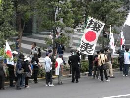 「維新政党・新風」金友隆幸広報委員の攘夷の旗