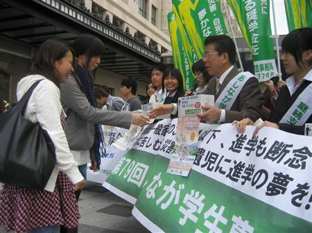「あしなが学生募金」に募金する女性。西川きよしさんも駆けつけた=2009年10月10日、大阪市中央区.