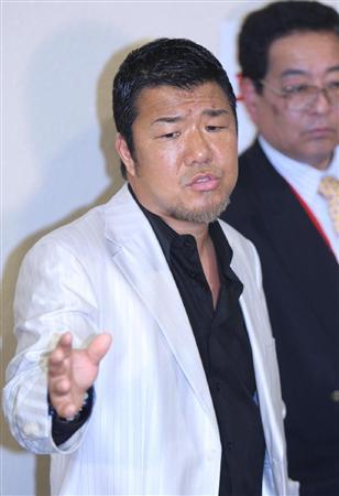 判定に抗議する亀田史郎