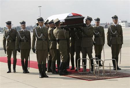 \11日、ワルシャワの空港で、ポーランドのカチンスキ大統領の遺体が納められたひつぎを運ぶ兵士たち