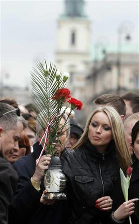 ワルシャワの大統領宮の前は花をささげる人たちであふれる