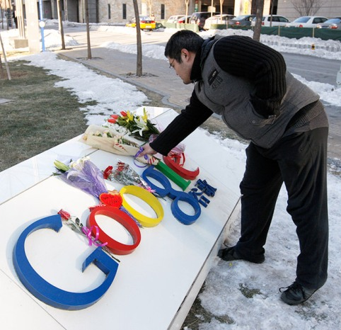 Google本社で花を捧げる、支那人のGoogleユーザー。1月13日撮影。