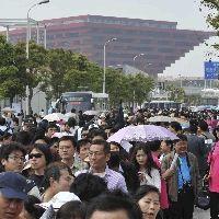 上海万博日本館前で並ぶ入場者ら(後方は支那館)