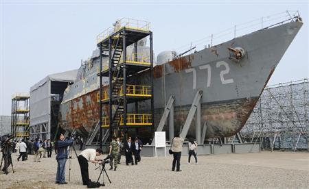 黄海から引き揚げられ、報道陣に公開された韓国海軍の哨戒艦=19日、韓国・京畿道平沢の海軍基地