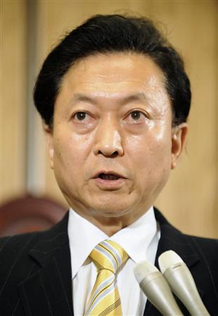 記者の質問に答える鳩山首相=20日夕、首相官邸