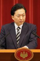 記者会見する鳩山由紀夫首相=5月28日夜、首相官邸