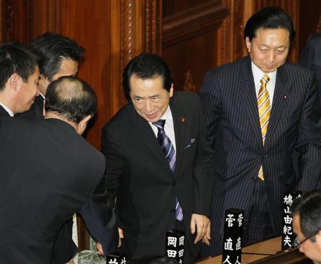 衆院本会議で首相指名を受け、握手攻めにあう菅直人代表。右端は鳩山由紀夫前首相=4日午後
