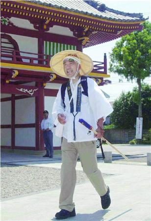 平成16年、自らの年金未納問題で引責後には、遍路姿で四国八十八カ所巡りをした