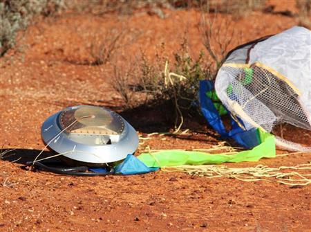 オーストラリア・ウーメラ近くの砂漠で見つかった小惑星探査機「はやぶさ」のカプセル=14日午後