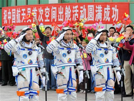 有人宇宙船「神舟7号」の打ち上げ前の式典に臨む宇宙飛行士=08年9月25日