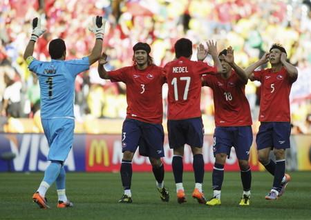 ホンジュラスを1−0で下して48年ぶりの勝利を喜ぶチリ代表の選手たち=16日