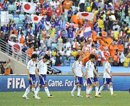1次リーグ・オランダ戦に敗れ、引き揚げる日本代表(19日、ダーバン)
