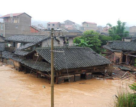 0622_010写真は福建省南平市内の将口鎮で撮影。多くの民家が濁流につかった。.